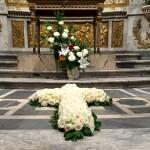 Croix de roses blanches